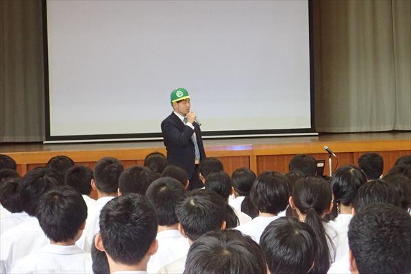 クルーのレックスさん、市内の中学校での道徳講演に登壇!